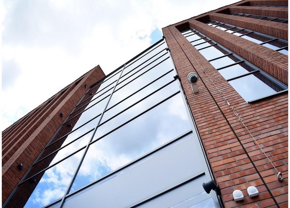 Алюминиевый фасад<br/>со встроенными фрамугами дымоудаления
